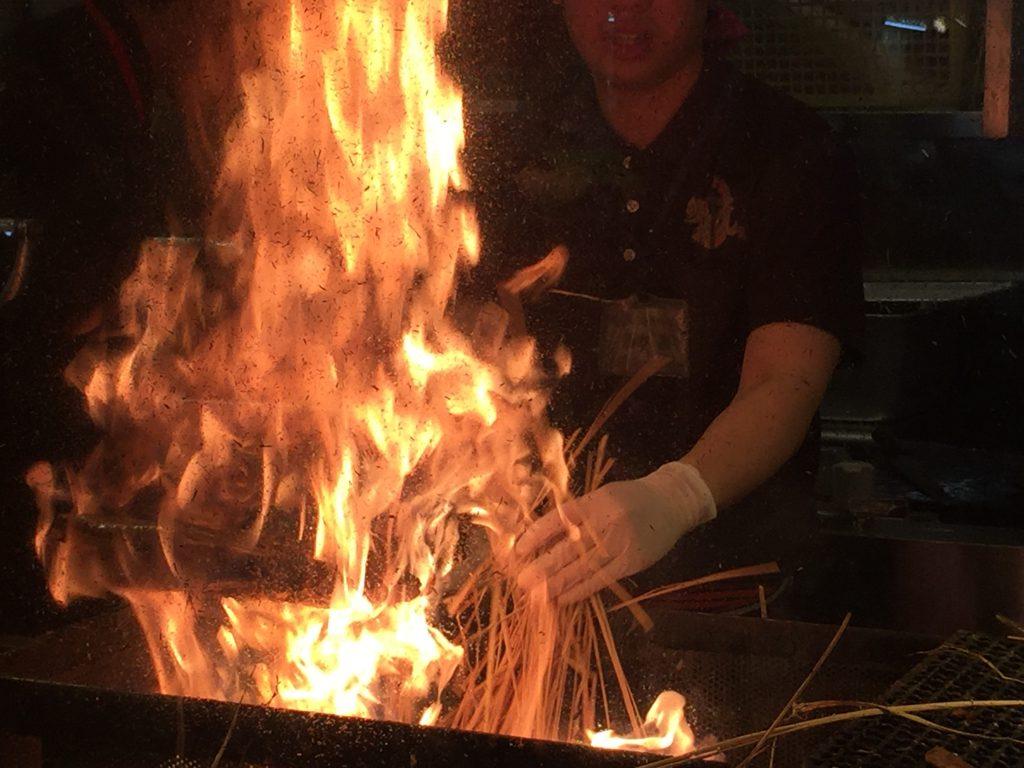 藁焼き鰹(カツオ)の塩たたきをあぶり中01