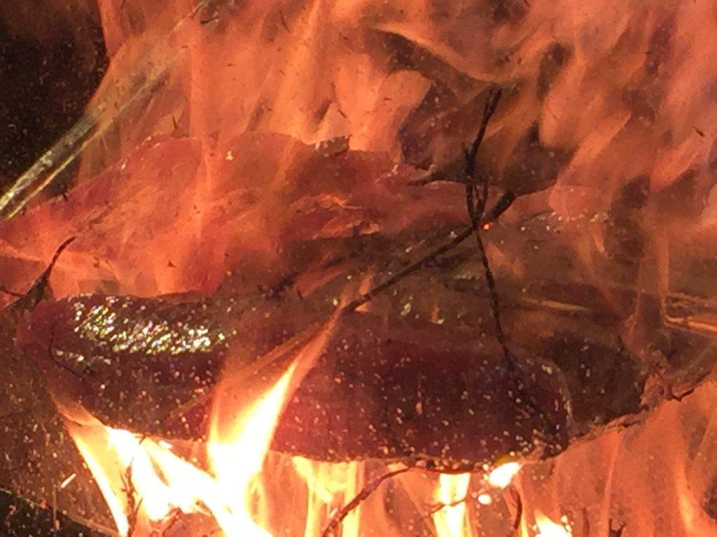 藁焼き鰹(カツオ)の塩たたきをあぶり中02